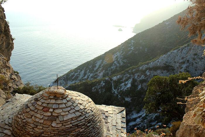 Θέα από το Ναό, δίπλα στο σπήλαιο του Οσίου Νείλου του Μυροβλύτου, προς την πλευρά των Καυσοκαλυβίων