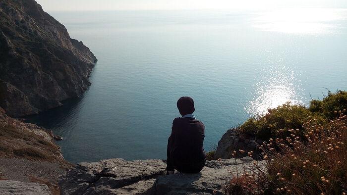 Πίσω από τον ελαιώνα ένας τόπος για απομόνωση και προσευχή