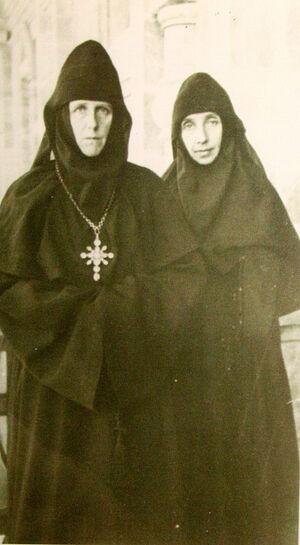 Игуменья Мария со своей первой помощницей сестрой Валентиной (Цветковой), будущей игуменьей Варварой, настоятельницей Гефсимании в 1969–1983 гг.