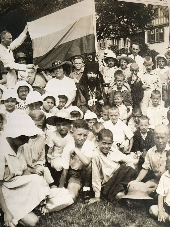 Владыка Иоанн с детьми в Шанхае