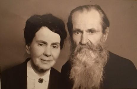 Дедушка Олег Иванович Исаев и его сестра Евгения