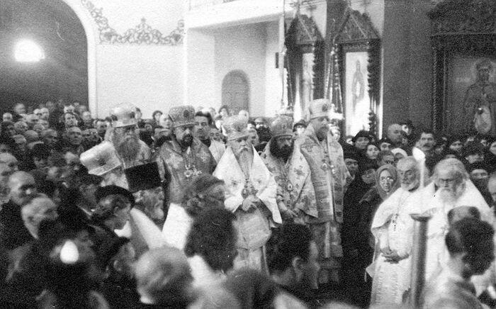 Ακολουθία στο Χαρμπίν, με τη συμμετοχή του δεσπότη Ιωάννη. Δίπλα στον Άγιο βρισκόταν ο δεσπότης Ιουβενάλιος και δίπλα σ' εκείνον ο πρωθιερέας Αλέξανδρος (Κοτσεργκίν)