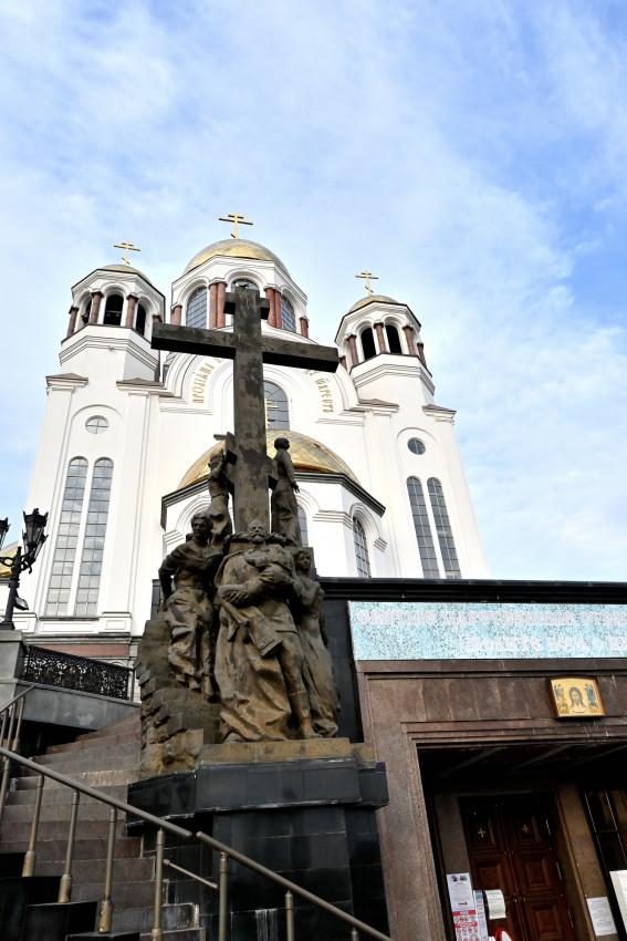 Памятник Царственным мученикам, спускающимся в подвал. Скульптор: Константин Грюнберг