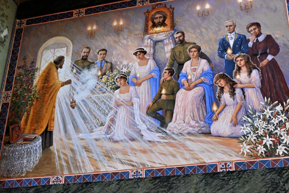 Царская семья и их слуги на Божественной литургии. Росписи Марии Вишняк