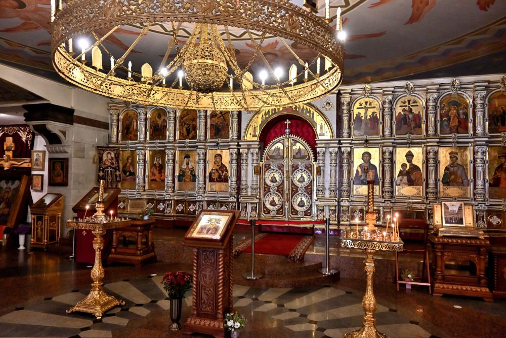 Ο κάτω ναός, αφιερωμένος στους Νεομάρτυρες και Ομολογητές της Ρωσικής Εκκλησίας. Οι τοιχογραφίες είναι της Μαρίας Βισνιάκ