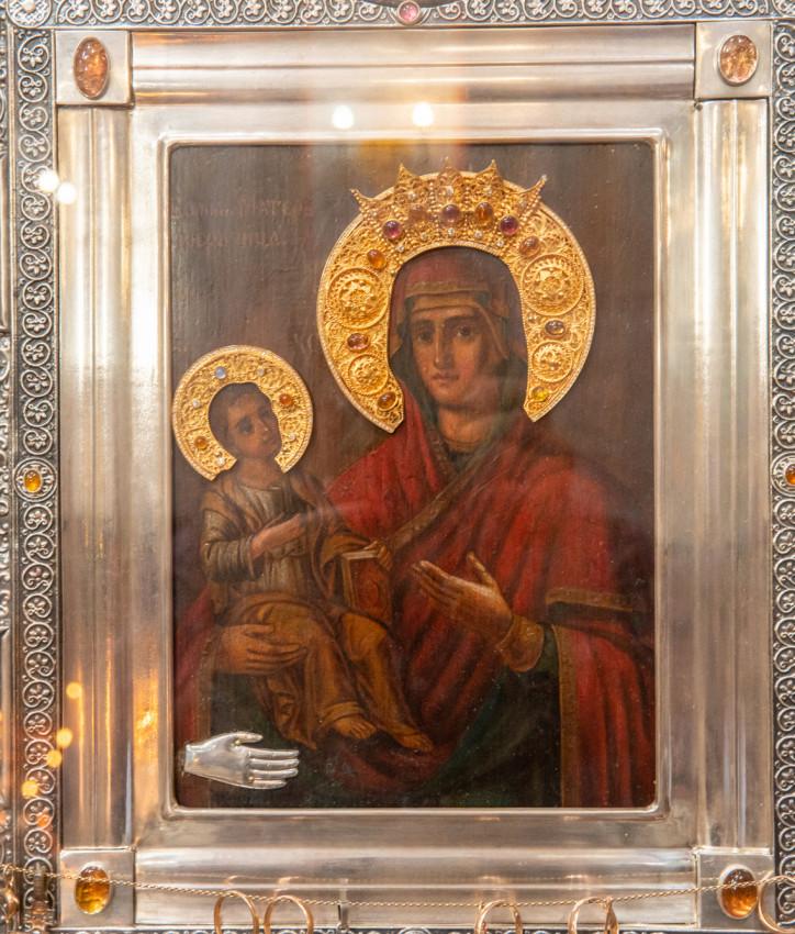 Икона Божией Матери «Троеручица», перед которой молилась Царская семья в последние дни земной жизни