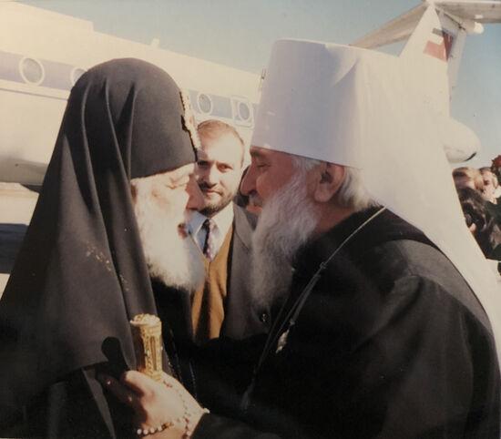 Митрополит Гедеон встречает Святейшего Патриарха Грузинского Илию Второго в аэропорту Владикавказ. 1997 г.