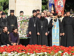 Moldovan faithful process through capital in honor of St. Stephen the Great