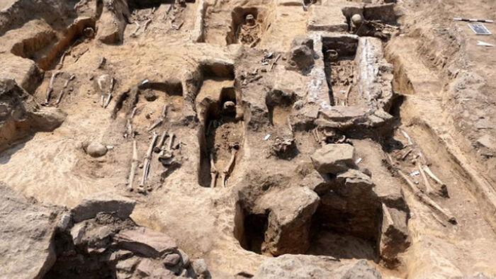 Захоронения рядом с церковью, фундамент южного трансепта