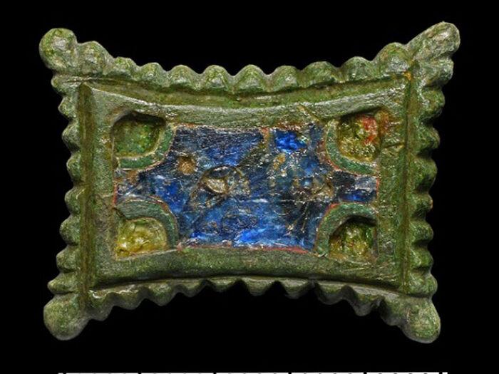 Прямоугольная бронзовая эмалевая застежка-брошь эпохи Каролингов с загнутыми краями
