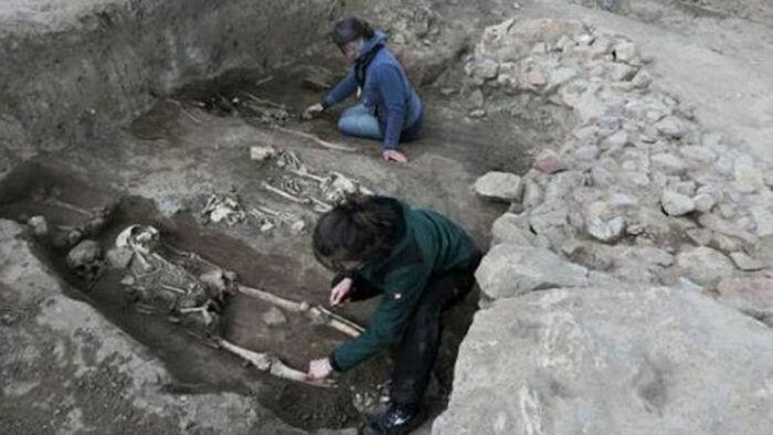 Расчистка средневековых погребений в восточной части церкви