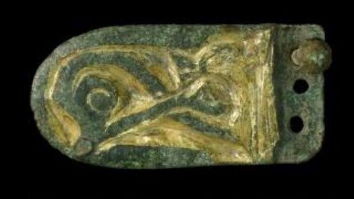 Деталь кожаного ремня - позолоченный бронзовый язычок пряжки в зверином стиле