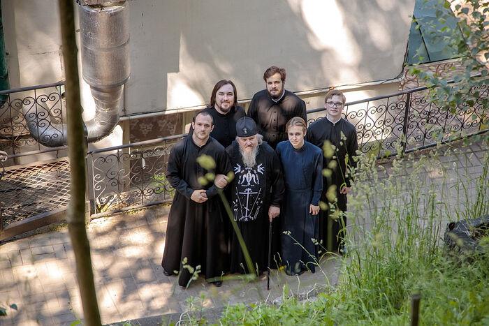 Духовник Псково-Печерской духовной семинарии схиархимандрит Никон (Антонов) с семинаристами