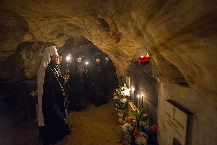 Ниша с гробом старца Иоанна (Крестьянкина)
