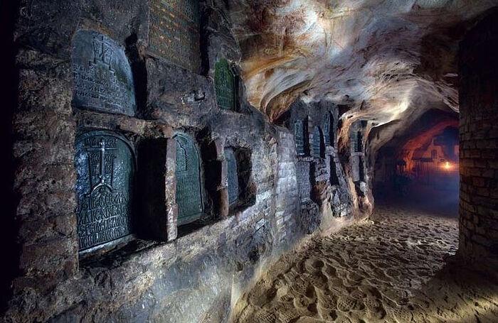 Керамиды в пещерах Псково-Печерского монастыря
