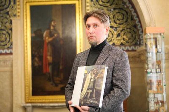 Дмитрий Мироненко со своей книгой «Образ святого Александра Невского в русском искусстве XVI — начала XXI вв.»