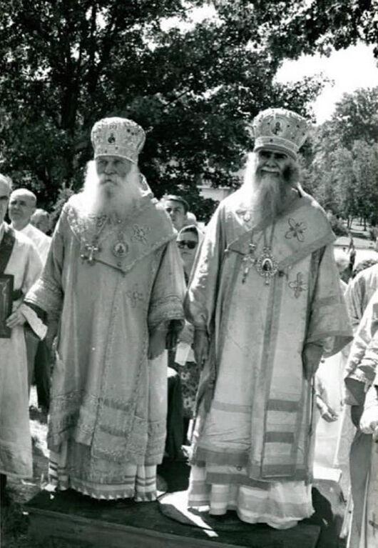 Архиепископ Аверкий (Таушев) – справа и архиепископ Никон (Рклицкий), который поставил меня в чтецы в 1964-м году