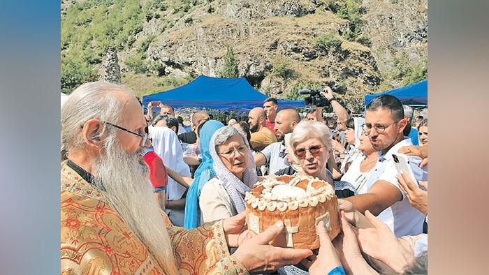Ломљење славског колача: владика Теодосије и верници (Фото: Ж. Ракочевић)