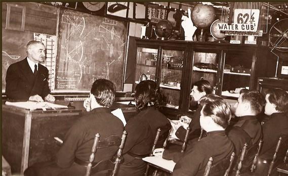 Николай Николаевич Александров ведет лекцию по физике
