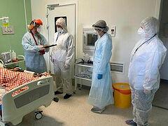 Митрополит Тихон наградил псковского врача за самоотверженность в лечении пациентов с коронавирусом