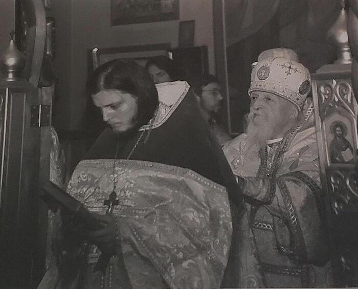 Архиепископ Антоний (Медведев) рукополагает Серафима Гана во иереи, 1996 год