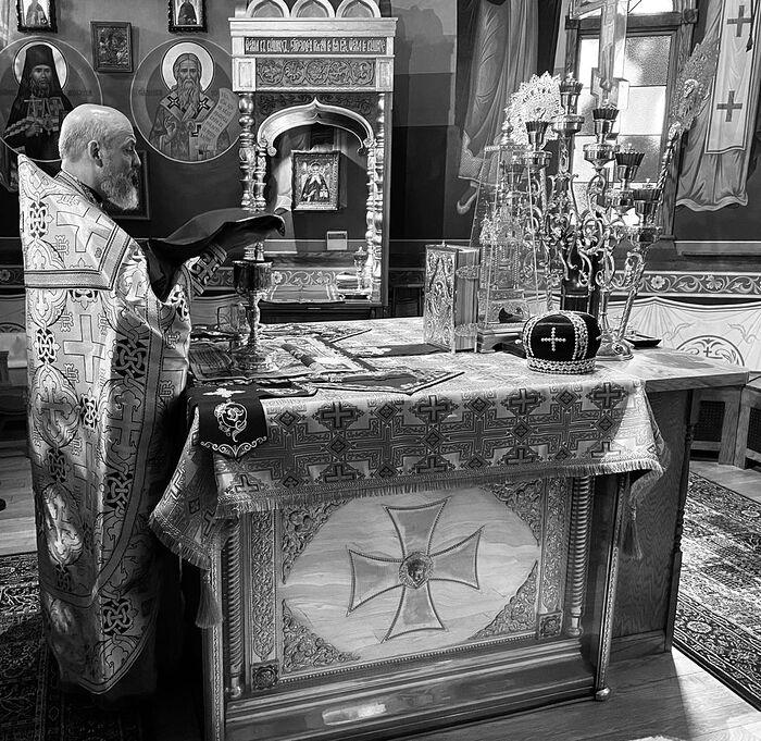 Митра святого Иоанна Шанхайского на престоле Свято-Серафимовского храма