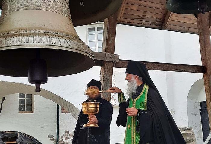 В Соловецком монастыре завершена установка уникальной колокольной звонницы