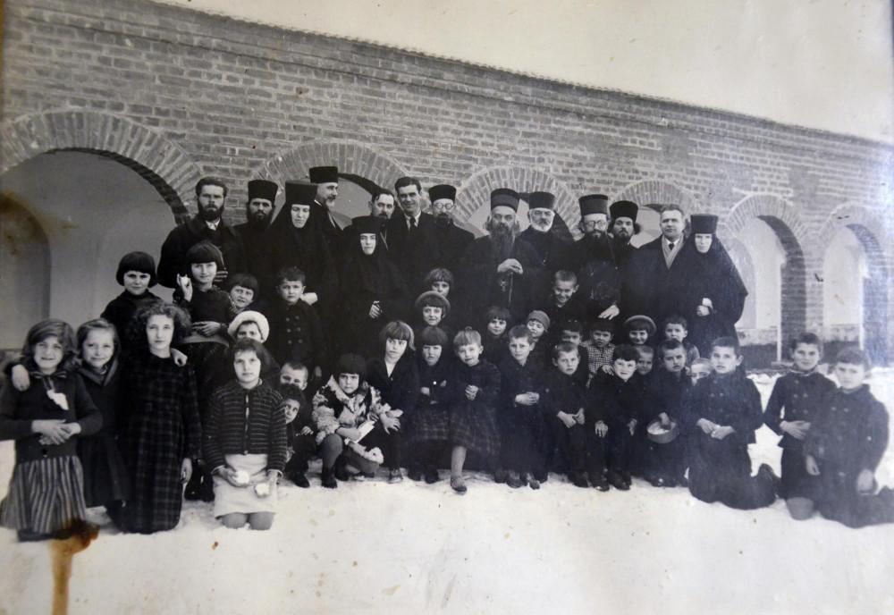 Свт. Николай (Велимирович) с монахинями и народом