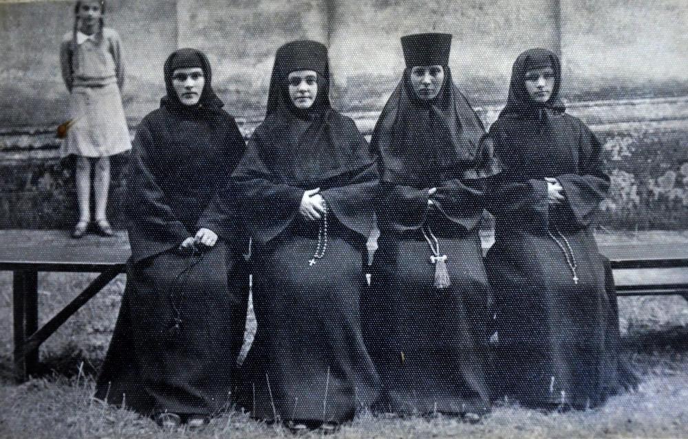 Монастырские сестры