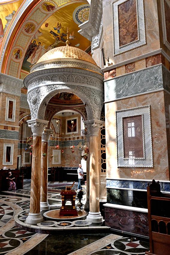 Ковчежец с частицей мощей святителя Николая Чудотворца в Александро-Невском соборе