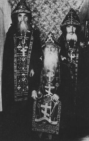 В центре схиархимандрит Серафим (Амелин), справа схиигумен Андроник (Лукаш), слева схиигумен Серафим (Романцов)
