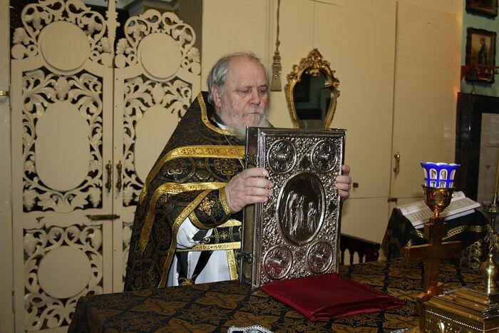 Протоиерей Николай Агафонов († 2019) у престола в храме п. Белозерки Самарской области. Публикуется впервые
