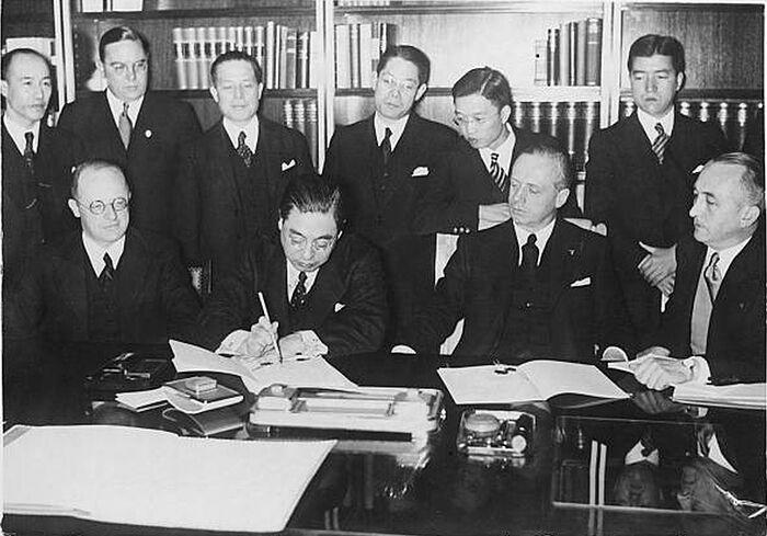 Посол Японии в Германии Мусякодзи и министр иностранных дел Германии Риббентроп подписывают Антикоминтерновский пакт, направленный против СССР. Берлин, 25 ноября 1936 г.