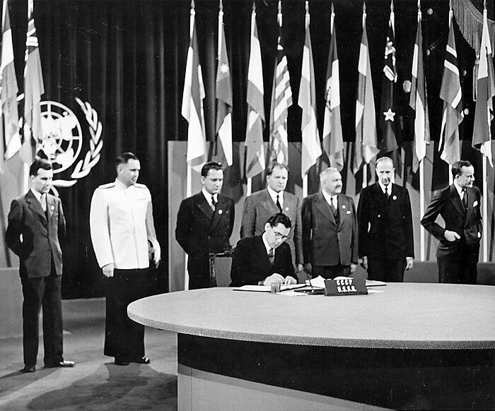 Глава делегации СССР А.А. Громыко подписывает Устав ООН. Сан-Франциско, США, 26 июня 1945 г.