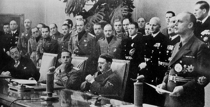 Министр иностранных дел Германии Иоахим фон Риббентроп произносит речь после подписания Тройственного пакта. Берлин, 27 сентября 1940 г.