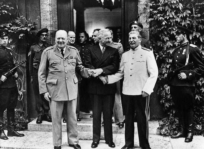 У. Черчилль, Г. Трумэн, И. Сталин. Потсдам, Германия. 23 июля 1945 г.