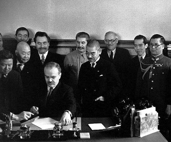 Председатель СНК СССР и народный комиссар иностранных дел CCCP В.М. Молотов подписывает пакт о нейтралитете между СССР и Японией. Справа от Молотова – министр иностранных дел Японии Есуке Мацуока, за ним – И.В. Сталин