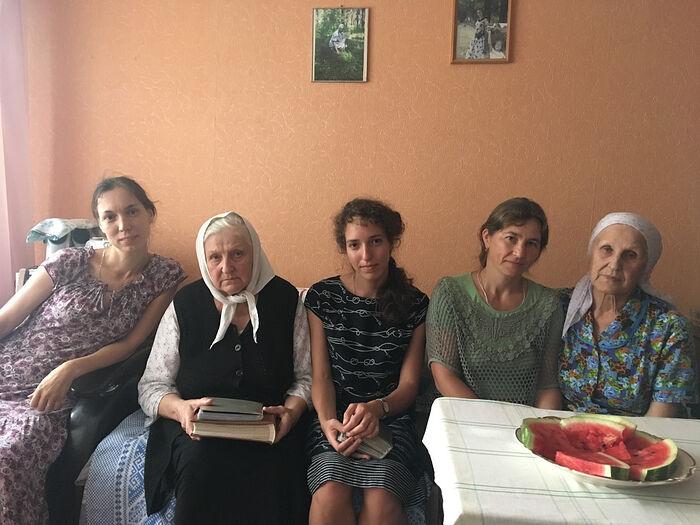 Монахини Андроника (вторая слева) и Виталия (крайняя справа) с прихожанками Новоспасского монастыря