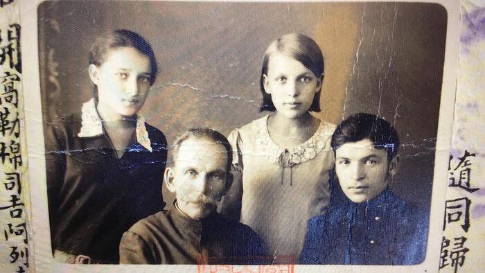 Прадед Алексей Николаевич Волменский и его дети Нина, Евгения, Виктор (мой дедушка)