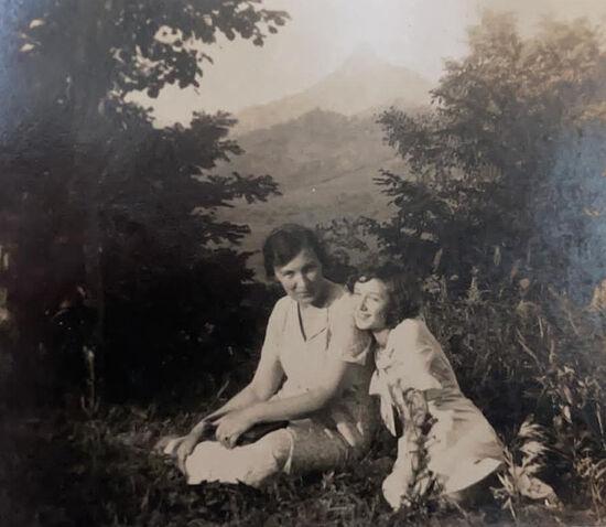 Прабабушка Екатерина Маркеловна и бабушка Евгения Васильевна, 1930-е годы