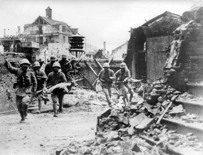 Японские солдаты на улице разрушенного китайского города
