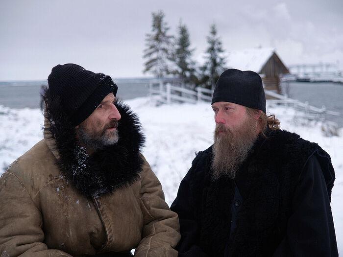 Отец Анатолий и игумен (играет Виктор Сухоруков). Кадр из фильма «Остров»