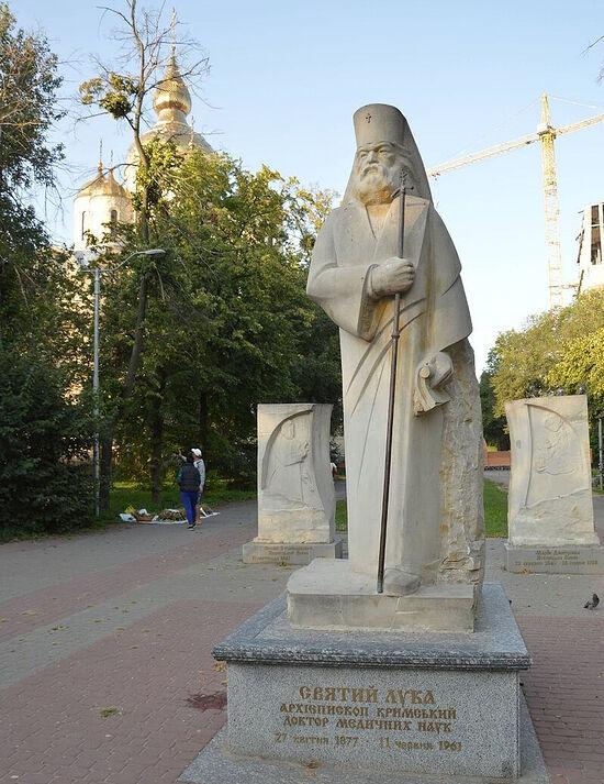 Скульптурное изображение святителя Крымского Луки с барельефами его родителей