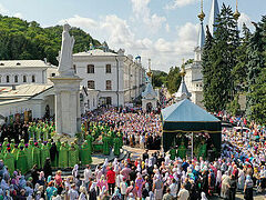 9 bishops, 220 clergymen, thousands of faithful gather for feast at Ukrainian lavra (+VIDEOS)