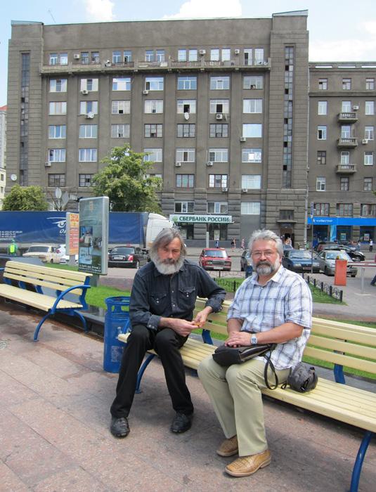 Протоиерей Михаил Колодько и Станислав Минаков в Харькове на привокзальной площади,12 июня 2013 г.