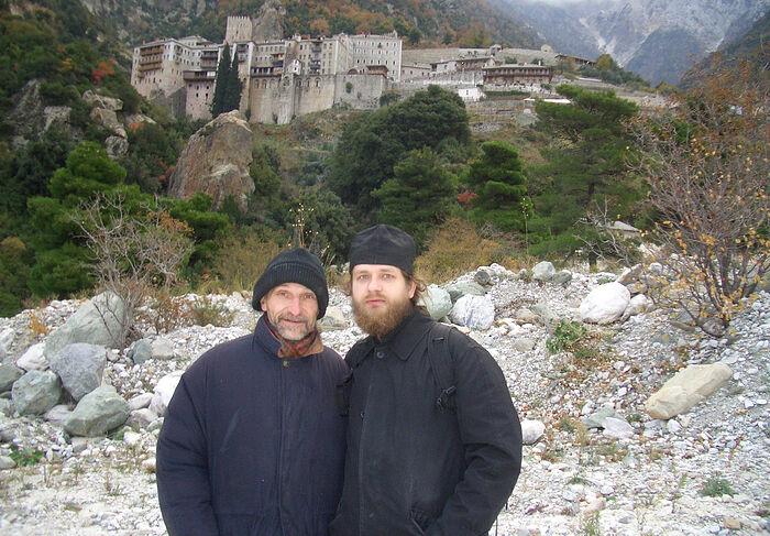 Јеромонах Козма (Афанасјев) и Петар Мамонов на Атосу. У позадини је манастир Светог Павла
