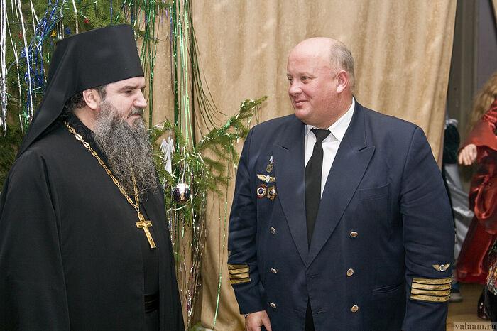 Архимандрит Мефодий и В.В. Базыкин на устраиваемой ими вместе Рождественской елке для валаамской детворы