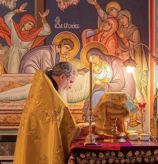 Архимандрит Мефодий (Петров) за совершением проскомидии