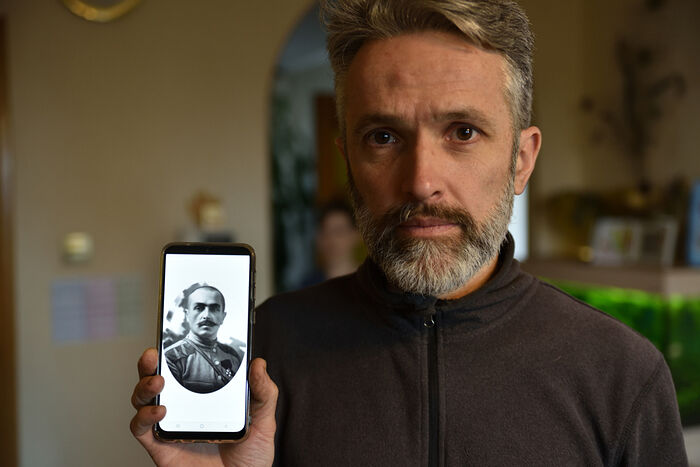 Михаил показывает фотографии своего прадеда