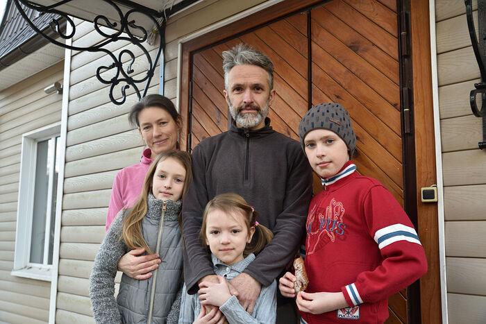 Семейный портрет на крыльце дома и после службы в монастыре
